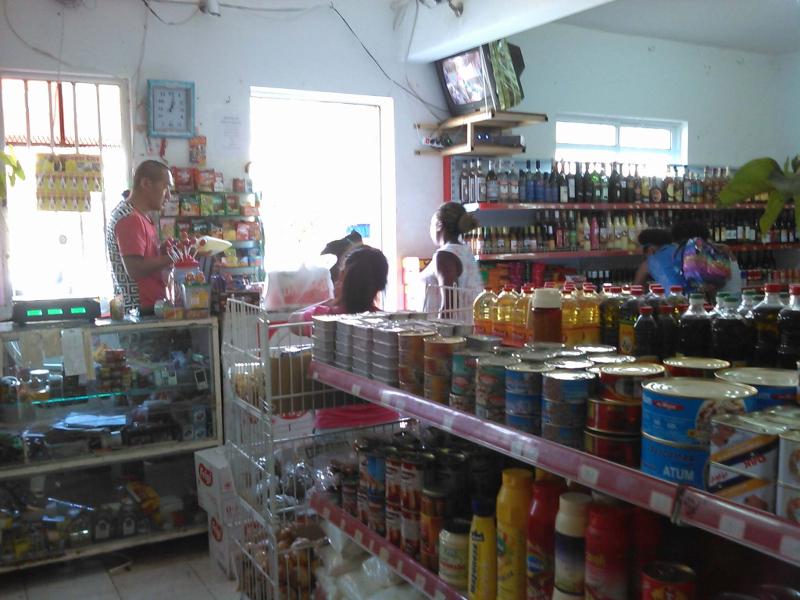 Interior de una tienda china en el centro de la ciudad de Tarrafal, en la isla de Santiago de Cabo Verde